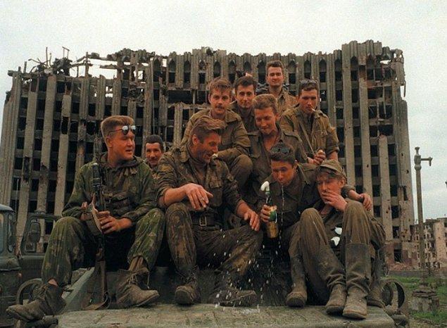 Rus askerler, Birinci Çeçen Savaş'ında kutlama yaparken, 1995.