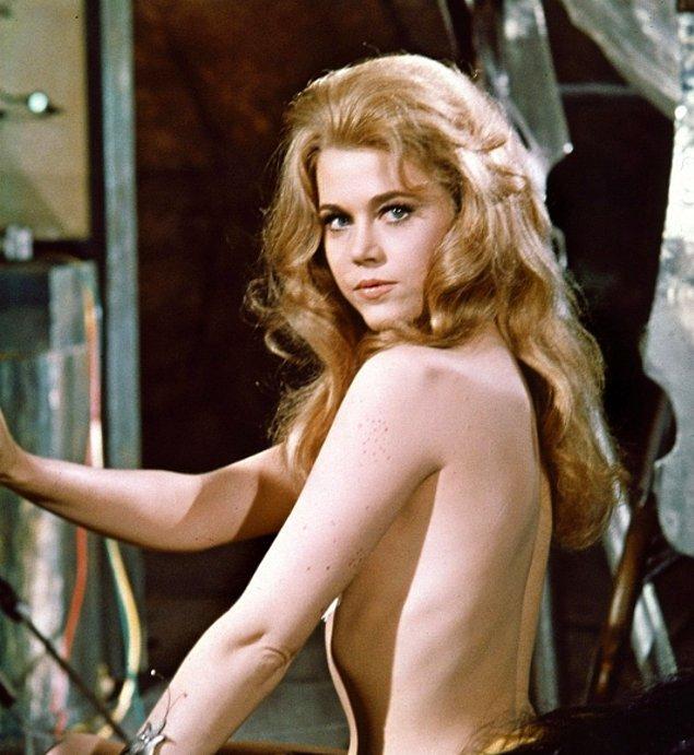 """Jane Fonda """"Barbarella"""" filminin çekimlerinde poz verirken, 1967."""