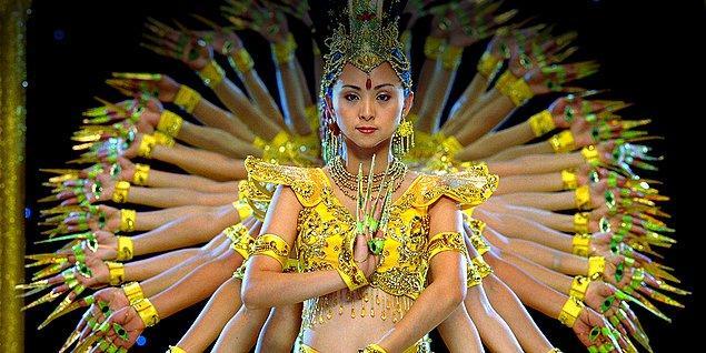 38. Doğanın sonsuz döngüsü anlamına gelen 'Samsara' isimli yapım da doğum, ölüm, yaşam ve reenkarnasyonu konu ediniyor. 5 yılda ve 25 ülkede çekilmiş. Bu bile izletmeye yeter.
