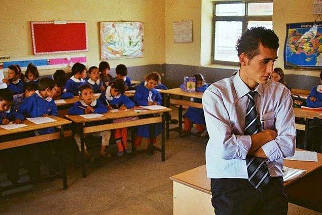 41. Eveeeeet 'İki Dil Bir Bavul' harika bir belgesel. Türk öğretmenin, uzak bir Kürt köyündeki bir yılını izliyoruz. Öğretmen Kürtçe bilmiyor, çocuklar ise Türkçe. Sizce bir yılda birbirlerine dillerini öğretebilmişler midir?