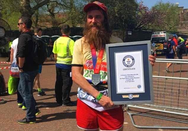 Bir film karakterinin kostümüyle katıldığı maratonda en hızlı koşan erkek olarak Guinnes Rekorlar Kitabı'na ismini yazdırdı.