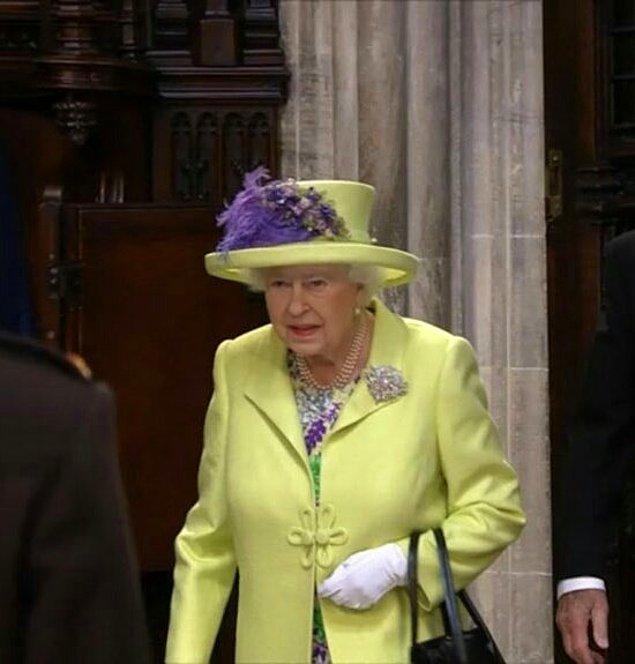 Kraliçe II. Elizabeth'in giydiği fıstık yeşili döpiyes ve mor çiçekli şapkası ise adeta bir güç gösteri gibiydi.