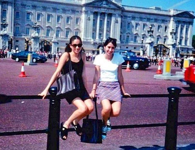 Meghan Markle bir zamanlar önünde hatıra fotoğrafı çektirdiği sarayın artık prensesi... Hayat sürprizlerle dolu!