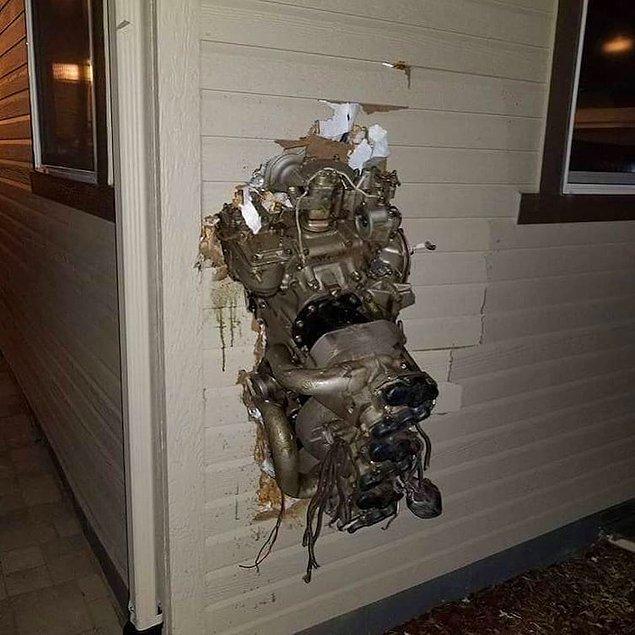 8. Şimdi gördüklerinizi bir kenara bırakın. Burada evin duvarına girmiş bir uçak motoru var. Nasıl yani?