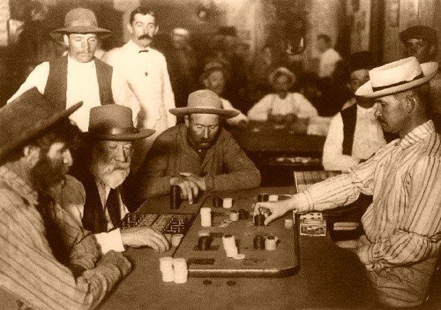 8. 1858 yılında Robert Fallon adlı bir adam, birlikte kumar oynadığı bir kişi tarafından öldürüldü. Sebebi ise Fallon'ın oyun sırasında hile yapıyor olmasıydı ve Fallon, bu sayede 600 dolar kazanmıştı.