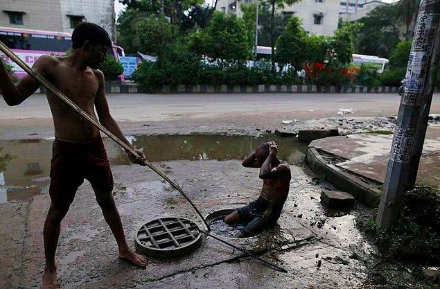 Başkent Dhaka'da her yıl onlarca işçi, kanalizasyonları koruyucu ekipman olmadan, bir çubuk yardımıyla temizlerken can veriyor.
