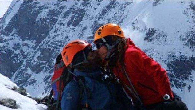 7. Rolf Bae ve Cecilie Skog çiftinin K2 Dağı'na tırmanmadan önceki son öpücükleri.