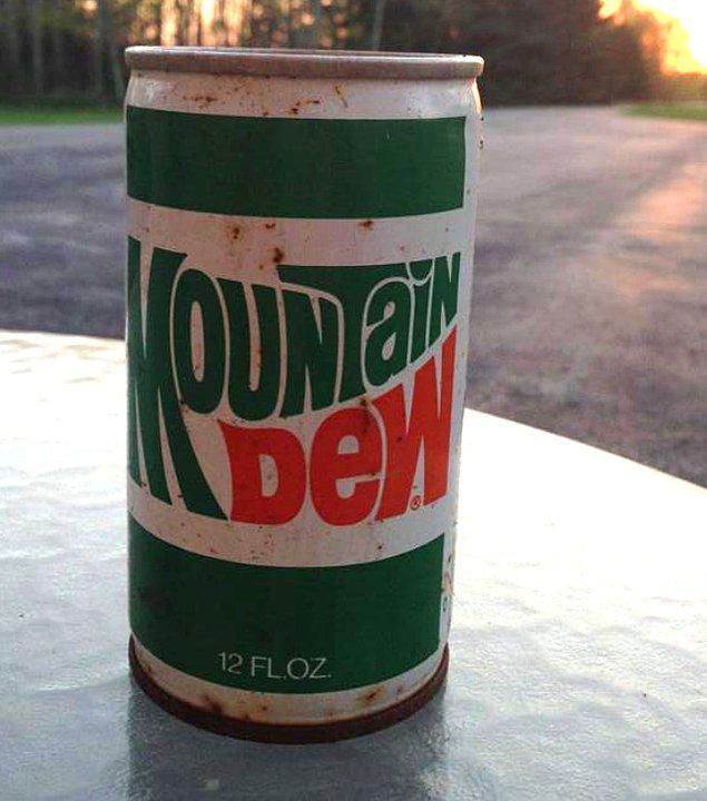 9. Ormanda bulunan eski bir içecek kutusu.