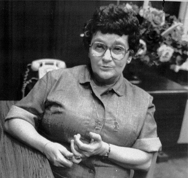 1932 yılında dünyaya gelen Velma Barfield, sürekli istismara uğradığı ailesinden kaçmak için 17 gibi genç sayılabilecek bir yaşta Thomas Burke ile evlenir. Barfield'ın bu evlilikten iki çocuğu olur.
