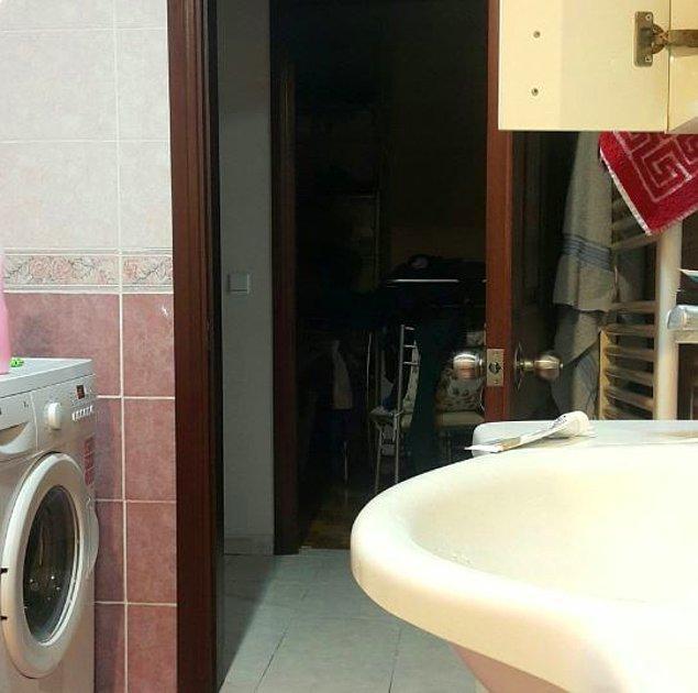 10. Kapısı açık bir şekilde rahatça tuvalete girince.