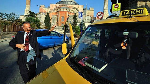 Kursa başlıyor başlamasına ama teorinin yanında pratik de lazım deyip İstanbul'un en turistik bölgesi Sultanahmet'te Yerebatan Sarnıcı taksi durağına kayıt oluyor.