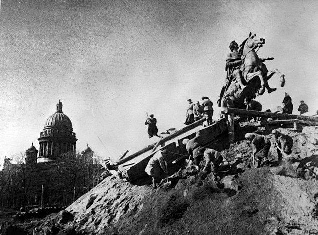 1.Petro anıtını korumaya çalışan halk.