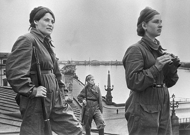 Sovyet Ordusunun Hava Savunma Birliklerinde görev alan bir grup kadın asker nöbet tutarken.