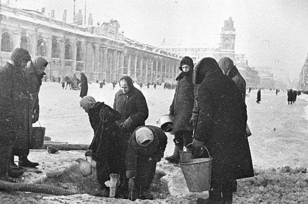 Kuşatma altındaki Leningrad sakinleri kovaları suyla doldurmak için sırada bekliyorlar.