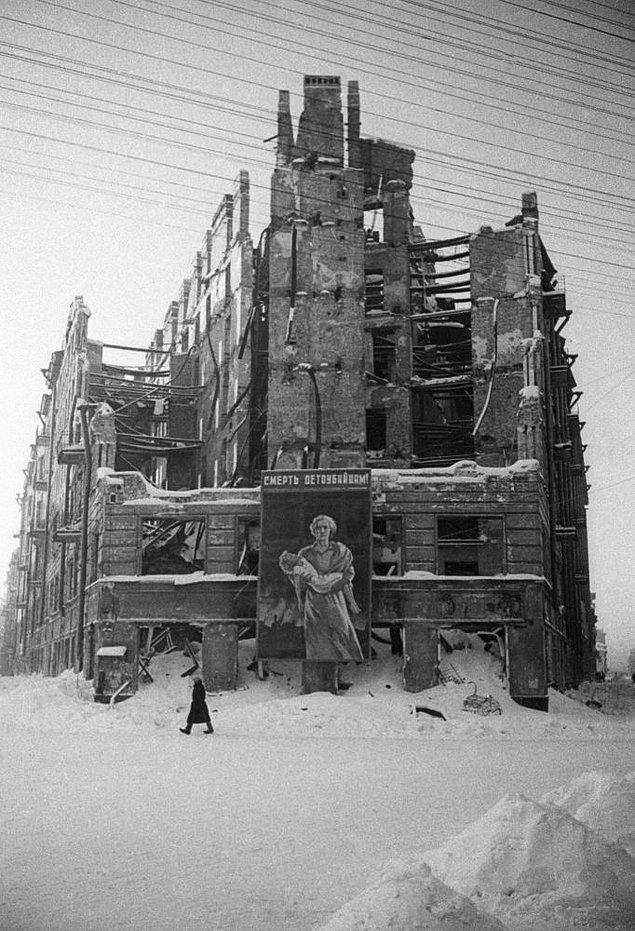 Kuşatma altındaki Leningrad'ın merkezinde bombardıman sonucunda yıkılmış bina.