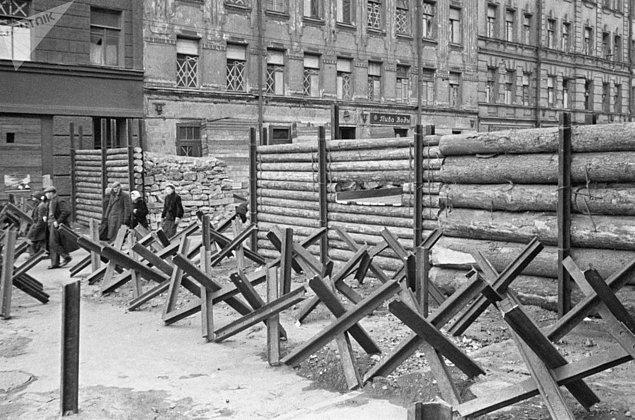 Alman kuşatması altındaki Leningrad sokaklarında barikatlar, Ekim 1941.