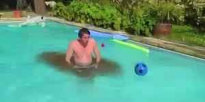 Havuzda Eğlenmek İsterken Yaptıkları Hareketlerle İnsanın Beynini Acıtan Kişiler