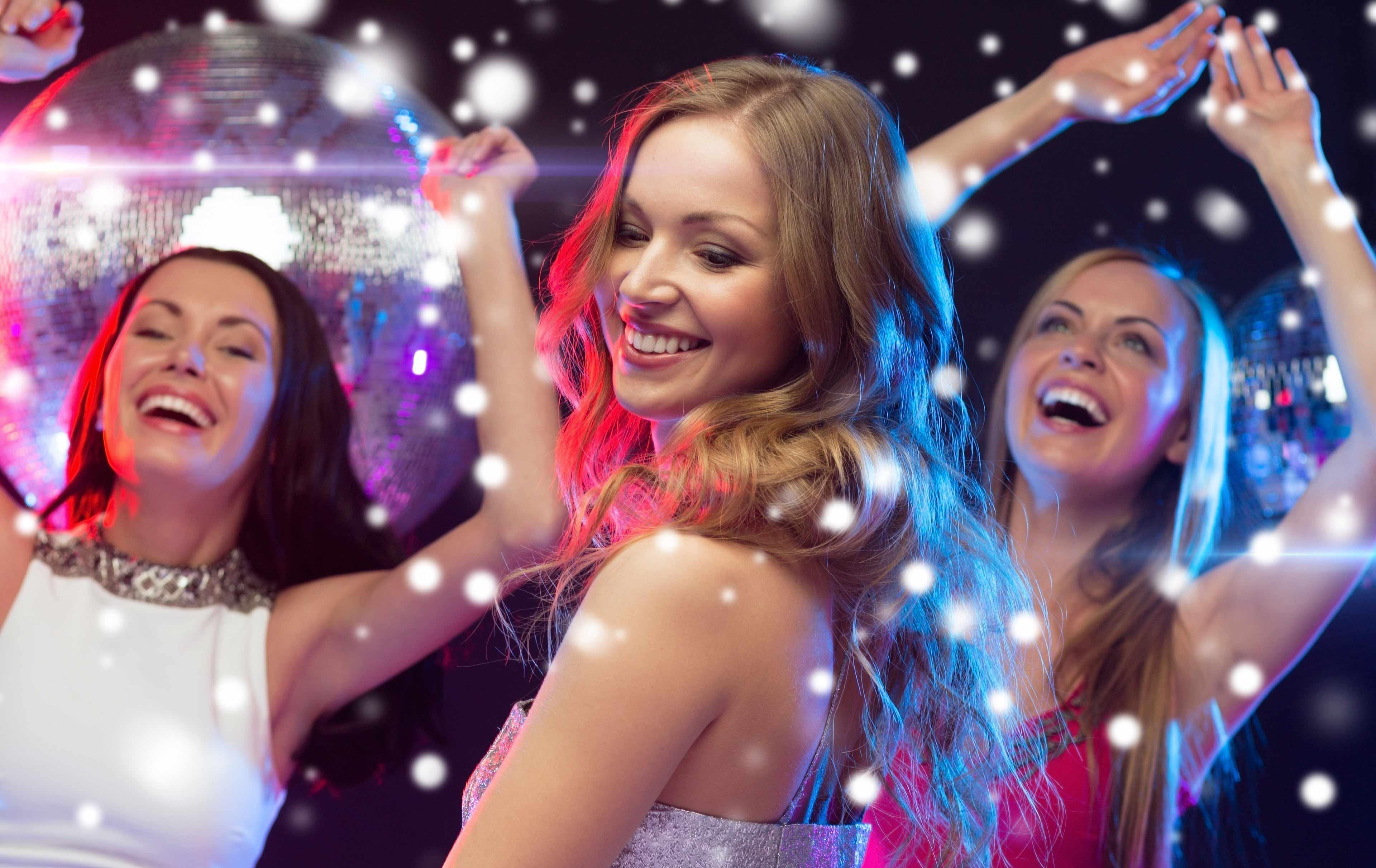 Две блондинки зажигают в клубе больше жизни