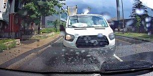 Kaldırımda Yürüyen İnsanları Yolun Kenarında Biriken Sudan Hızla Geçerek Islatan Şoför
