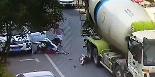Araç Kapısını Açarken Arkanızı Kontrol Etmeniz Gerektiğini Gözler Önüne Seren Kaza Anı!