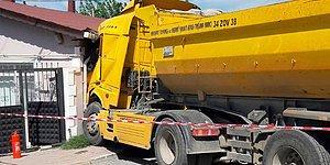 Sürücü Ehliyetsiz ve Aranıyordu: Silivri'de Hafriyat Kamyonu Eve Girdi!