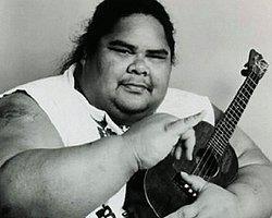 Sesiyle İnsanların Ruhuna Dokunan Israel Kamakawiwo'ole, Yaptığı Müziklerle Birçok İnsanın Sevgisini Kazanmıştı.