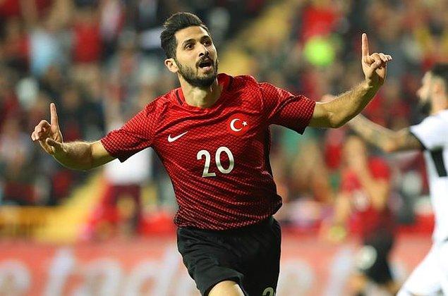 Emre Akbaba, 4 Ekim 1992 yılında Fransa'nın Montfermeil kentinde dünyaya geldi. 2012 yılında Türkiye'ye gelerek Antalyaspor'un altyapısında oynamaya başlayan Emre Akbaba, 2012 yılında Kahramanmaraş B.Ş. Belediyespor'da profesyonel futbol hayatına geçiş yapmış ve 2013 yılında Medical Park Antalyaspor'a dönüş yapmıştı.