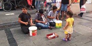 Sokakta Müzik Yapan Çocuklardan Muhteşem Bir 'Çav Bella' Performansı