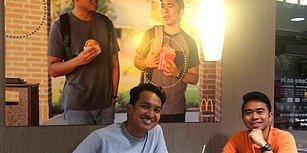 İki Kafadarın McDonald's'ın Duvarına Astıkları Devasa Poster 52 Gün Boyunca Fark Edilmedi!