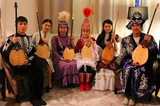 Kazak müziği deyince aklınıza geleneksel Türk kültürü giysileri ve enstrümanları geliyor olabilir.