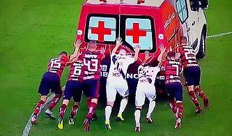 Sahada Arıza Yapan Ambulansı İterek Çalıştıran Futbolcular
