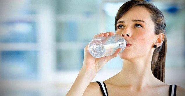 Vücudun kendini yenilemesi, canlanması için günde 8 bardak su içilmeli.