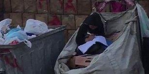 Atık Toplama Arabasının İçinde Elinde Kitap ve Kalemle Babasını Bekleyen Çocuk