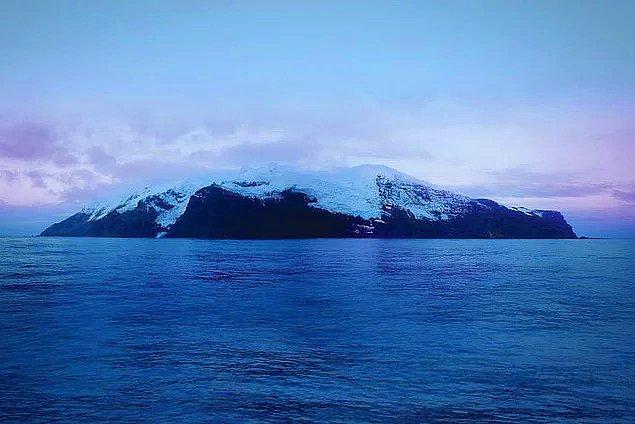 """Birçok ülke hak iddia etse de, Afrika ile Antarktika'nın tam ortasında bulunan, üzerine canlı yaşamayan, buzla kaplı """"dünya üzerindeki en ıssız kara parçası"""" olarak bilinen Bouvet Adası Norveç'e aittir."""