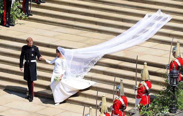 Fakat düğün için kraliyet ailesi tarafından harcanan paranın hiçbir kısmı Meghan'ın elbisesine gitmedi. Çünkü Meghan kendi elbisesine kendisi 390,000 euro ödedi.