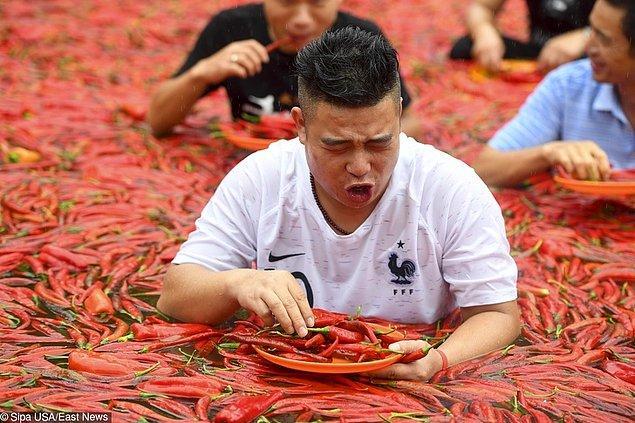 2. Çin'de bir havuzun ağzına kadar acı biberlerle dolu olduğu bir yarışmaya katılabilirsiniz. Umarız ödül, bu acıya değerdir.