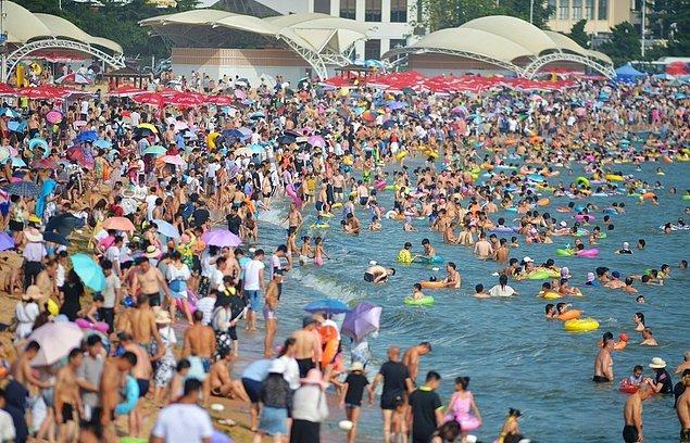 1. Eminiz ki herkes Çin'in kalabalık nüfusunu biliyordur. Aşağıdaki fotoğraf Çin'de bir tatil destinasyonundan 👇