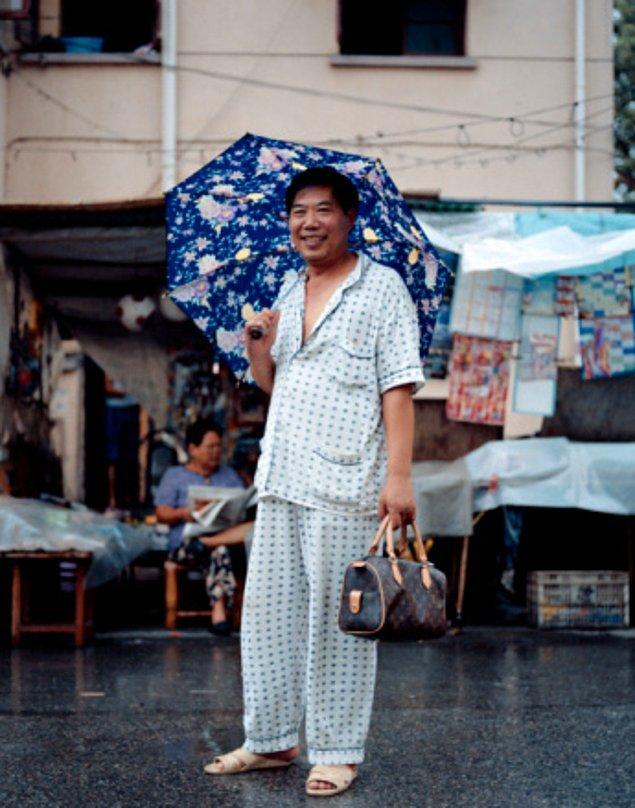13. Uzun süren bir haftanın ardından, Çinli insanlar pijamalarını giyiyor ve pazartesi gününe kadar öyle geziyorlar. Dışarı çıkarken, alışveriş yaparken ve restoranda yemek yerken bu şekilde oturuyorlar.
