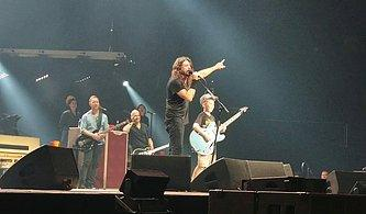 Foo Fighters Konserinde Gitarı Eline Alıp Metallica'dan Enter Sandman Çalan 10 Yaşındaki Çocuk