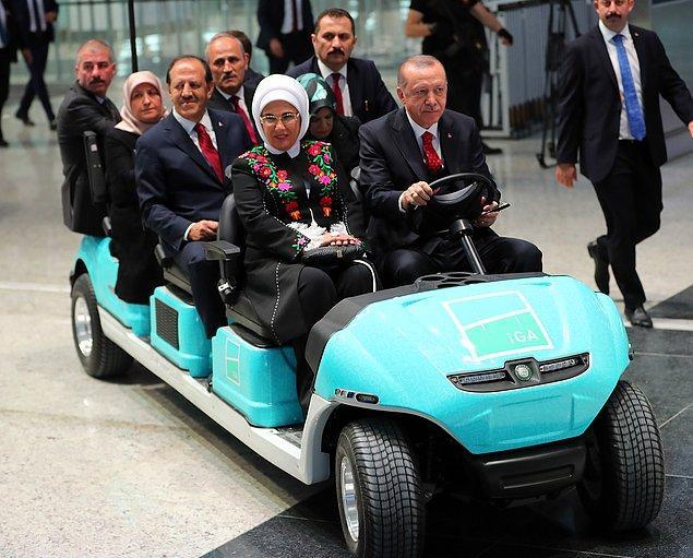 Erdoğan ve beraberindeki heyet, golf arabasıyla yeni havalimanını gezdi