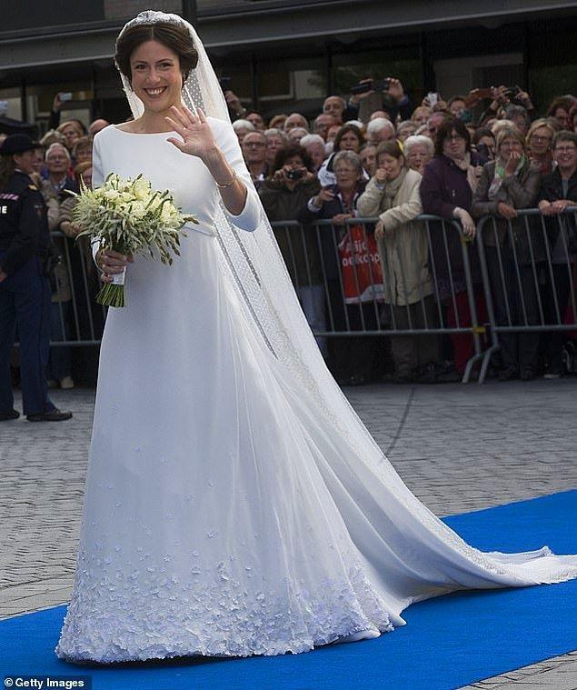 10. Hollanda: 2013 yılında Hollanda Prensi Jamie ile evleriken eski avukat ve yazar Viktória Cservenyák Danimarkalı tasarımcı Claes Iveren imzalı basit fakat zarif bir elbise tercih etti. Uzun kollu ve kayık yakalı elbise alt kısımda dantel detaylara sahipti. Gelin, elbiseyi uzun bir duvakla tamamladı.
