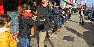 Elden Ele: İngiltere'de Bir Kitabevi 250 Gönüllünün Desteği ile Taşındı
