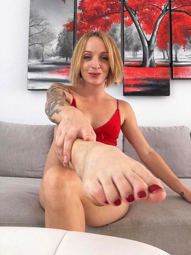 33 yaşındaki Roxy Sykes, kokuşmuş çoraplarını internetten satarak yılda yaklaşık 100.000 dolar kazanıyor!