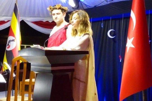 Resepsiyona Türk büyükelçi ve Büyükelçilik katibinin giydiği kıyafetler damga vurdu.