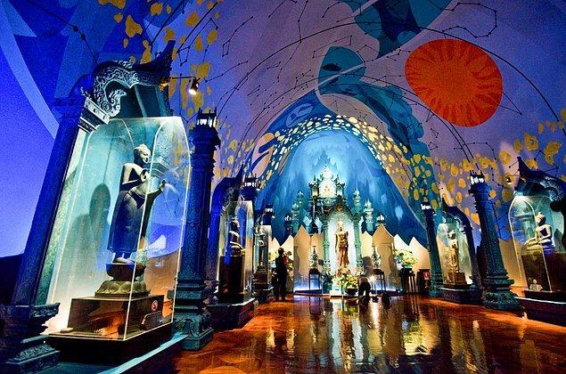 Taylandlıların evren inancını simgeleyen üç katlı bu binanın giriş katı sualtı dünyasını, ikinci katı evrenin merkezini üçüncü katı ise cenneti temsil ediyor.