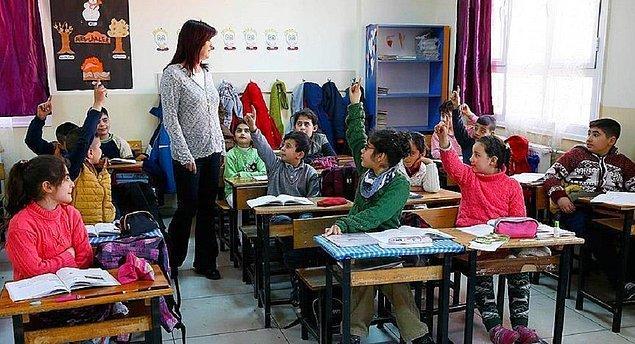 Eğitim ve öğretim hizmetleri sınıfındaki mevcut personel hakkında bazı bilgileri paylaşan Bakan Selçuk, resmi eğitim kurumlarında görev yapan 920 bin 524 öğretmen bulunduğunu açıkladı.