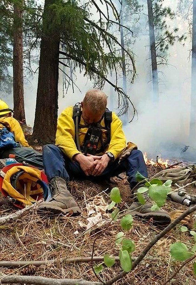 22. ABD'de bir eyalet olan Oregon'daki yangında görev yapan itfaiyecinin 23 saatlik mesaisinin bitiminde çekilmiş bir fotoğraf.