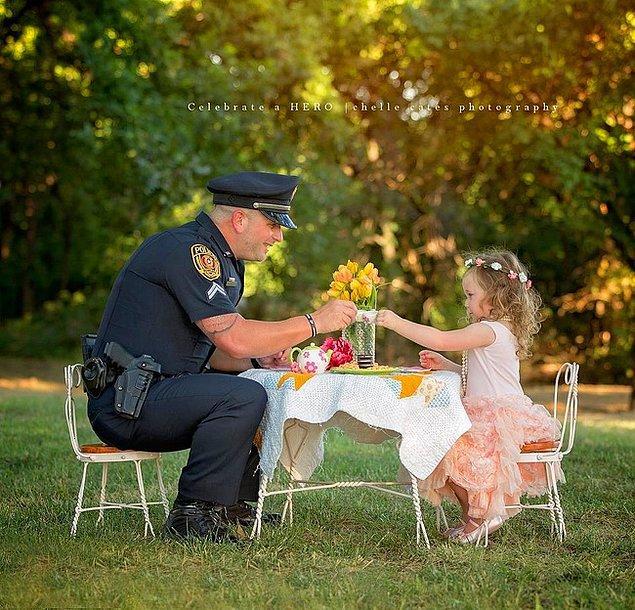 20. Corporal P. Ray, 2 yaşındaki kızı nefes alamamasından dolayı boğulma ihtimalinden kurtardıktan sonra kendisi ile beş çayı içmeye çıkarttı.