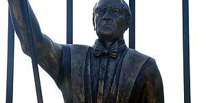İzmir'de Atatürk Heykeli Tartışması: 'Hiç Benzemiyor' Tepkileri Sonrası Yeniden Tasarlanacak