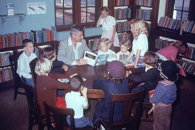 2. Dr. Seuss'un, 1957'de Kaliforniya'da bir kütüphanede çocuklara Şapkalı Kedi'yi okuduğu an...